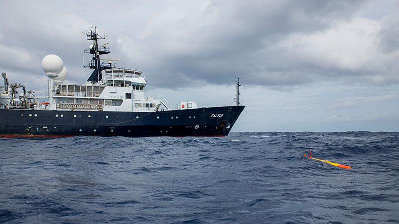 Chasing-the-underwater-long-range-robot.jpg
