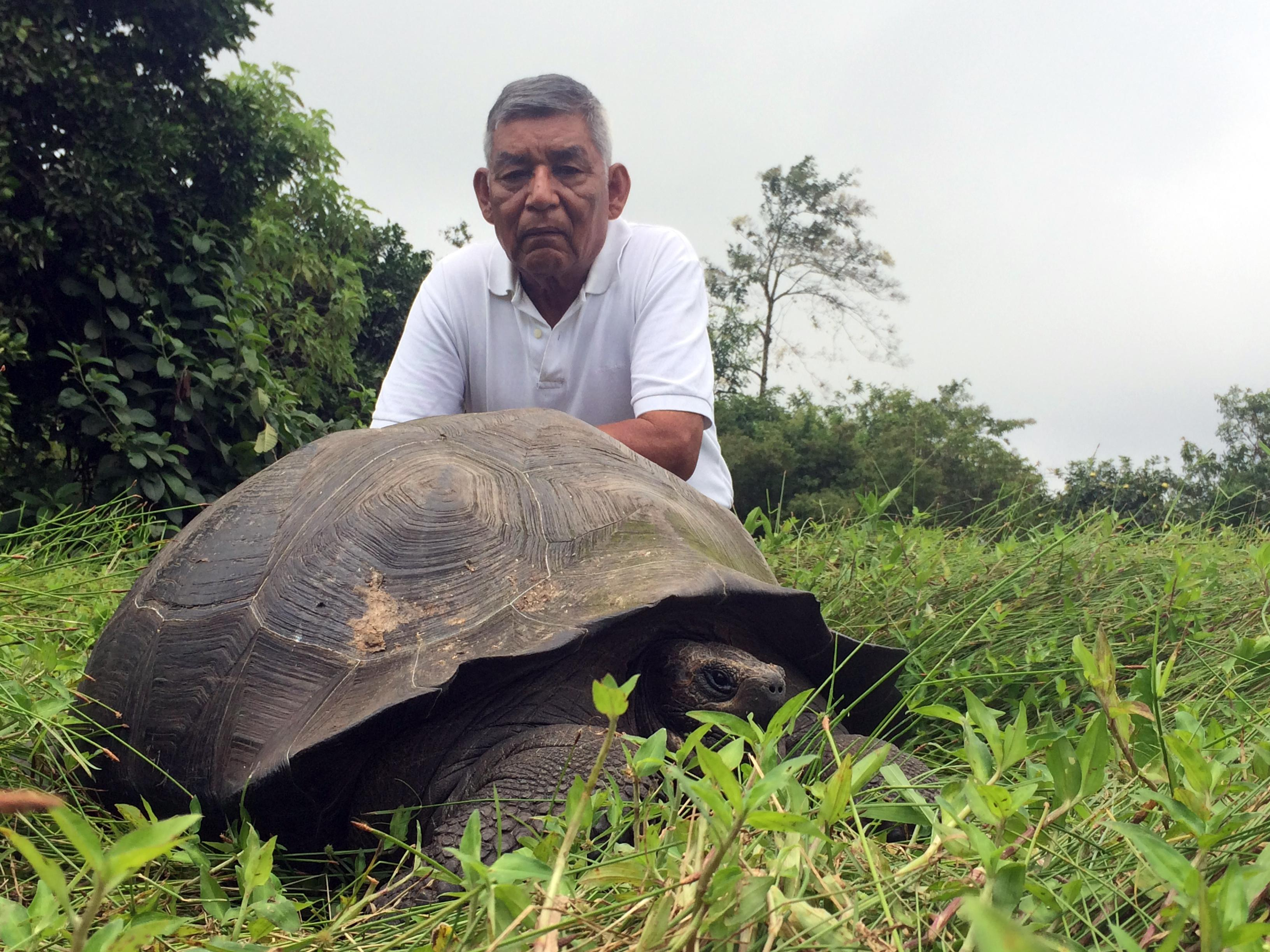 Don_Fausto_w_eastern_santa_cruz_tortoise.jpg
